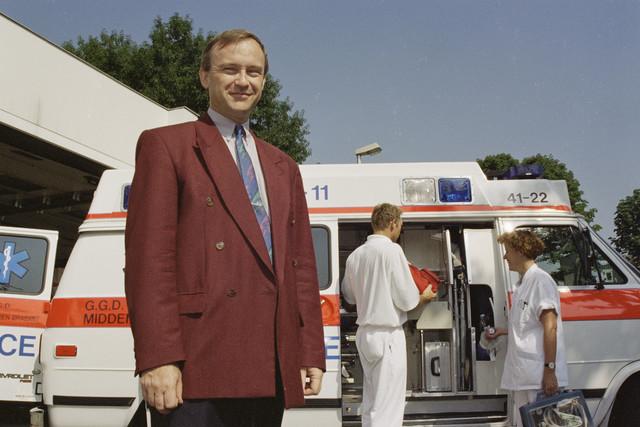 TLB023000920_004 - Directeur GGD Midden Brabant bij een ambulance.