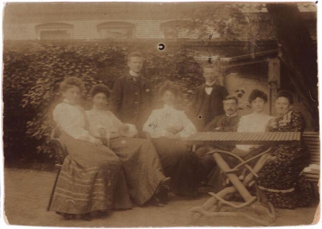 003749 - In de tuin van het woonhuis van de familie Brands-Jansen, Heuvelstraat, werd in de zomer van 1903 deze foto gemaakt, waarop van rechts naar links te zien zijn: Cornelia Brands-Jansen (1854-1917), echtgenote van fabrikant Norbertus W.W. (Bart) Brands, Marie van Vlijmen met naast haar zittend haar latere echtgenoot Joseph Brands, Henri (of Harry) Brands, Jo Brands, Louis Brands, Jo van Vlijmen en Cis Brands.