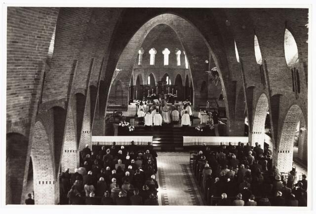 010082 - Plechtige inzegening Theresiakerk door mgr. A.F. Diepen.