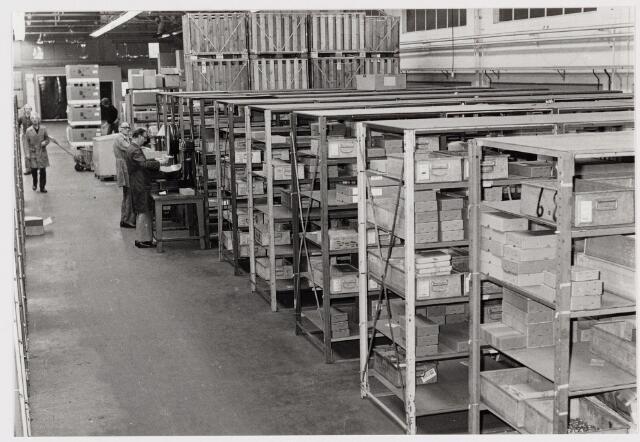 050179 - Volt. Zuid. Logistiek. Magazijn in de O hallen in 1977. De mannen met grijze jassen v.l.n.r.: van Loon en Jan v.d. Schoot.