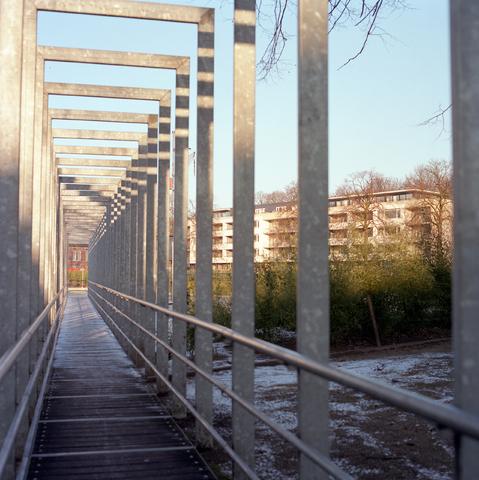 D-00604 - Tilburg - Stadsgezichten - Kromhoutpark, foto genomen vanaf de brug aan de zuidkant van het park met uitzicht op de flat aan de Henriëtte Ronnerstraat (in opracht van PLM).