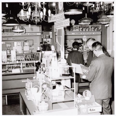 039331 - Volt. Zuid. Hulp-afdelingen,  De personeelswinkel aan de Voltstraat in het oude hoofdkantoor.Rechts in het midden   Hein Wagener, medewerker van de personeelswinkel.