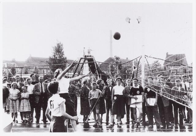 054293 - Sport. Volleybal. Een wedstrijd op het speelveld van de speeltuin van de parochie Theresia. Midden jaren vijftig werden hier alle competitiewedstrijden gespeeld bij gebrek aan een bruikbare  zaal.