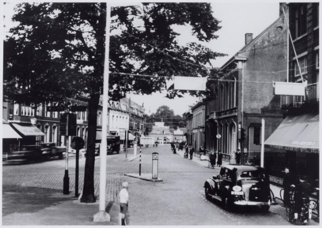 050023 - Heuvel, op de achtergrond café restaurant Bellevue, rechtsonder hotel Riche met daarachter de woning van dr Taminiau. Foto uit ´Je Taalboek´ van frater Victor van Nispen.