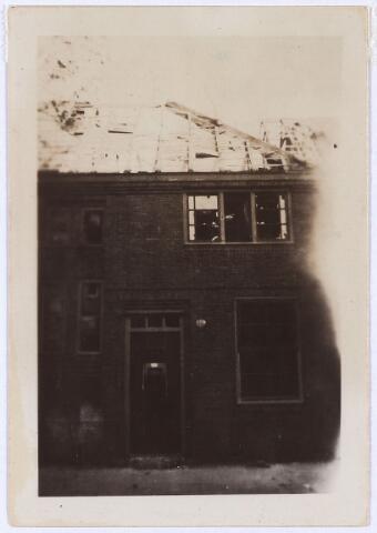 012430 - Tweede Wereldoorlog. Vernielingen. Zwaargetroffen woning aan de Van Hessen Kasselstraat