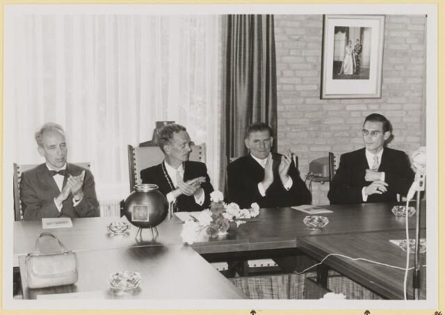 072938 - Opening gemeentehuis door de Commissaris van de Koningin Kortmann.  Applaus na afloop toespraak A.v.Gils Commissaris, burgemeester, J. Meeuwis (wethouder), L. Hendriks (waarnemend secretaris).