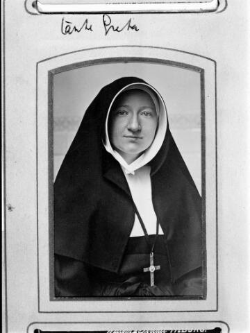 048474 - Maria Petronella Johanna Adriana (Maria) Willekens, geboren te Tilburg op 8 mei 1883, dochter van koperslager Joseph Willekens, afkomstig uit Reusel, en Maria Wilhelmina Teurlings. Zij werd zuster in de congregatie van de zusters van liefde van O.L.V. Moeder van Barmhartigheid in Tilburg.