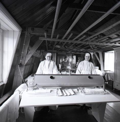 654875 - Religie. Zusters in de strijkkamer.