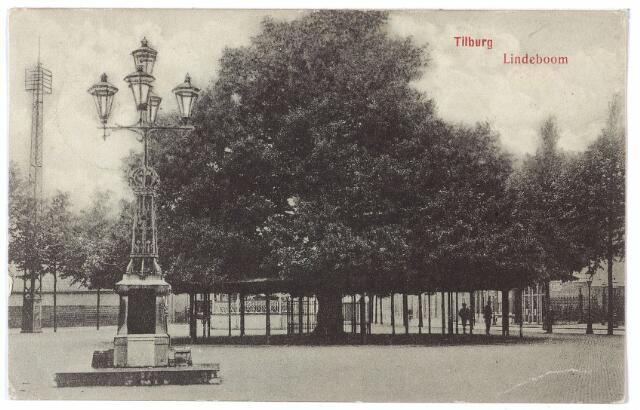 000917 - De lindeboom op de Heuvel, op de voorgrond de lantaarn onthuld in 1902 als monument voor burgemeester Jansen.