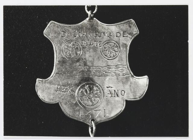 055658 - Detail van een koningsschild van de schuttersgilde St. Joris. Organisatie van een schuttersgilde  Als basis voor een gilde dienden de ordonnantien, bepalingen waarin de rechten maar vooral de plichten van de leden waren vastgelegd. Aanvankelijk bestond elk gilde uit 33 leden, een aantal dat op verzoek van St. Joris in 1612 werd uitgebreid tot 41. Een nieuw lid diende voor de magistraat de schutterseed af te leggen, waarin hij beloofde te handelen naar de ordonnantie van het gilde. Schutter werd men voor het leven. Het lidmaatschap kon in principe alleen worden beëindigd indien men tot armoede verviel, buiten de jurisdictie van de stad ging wonen of zich vergaand misdragen had. Het lidmaatschap van de gilden was niet voor iedereen weggelegd. Alleen de hogere standen hadden toegang tot deze exclusieve kringen en ook financieel moest men in goede doen zijn. De meeste leden kwamen uit de gegoede burgerij, en waren vooral middenstanders en kooplieden. Het belang van de gilden blijkt uit het gegeven dat lidmaatschap van één van de drie gilden verplicht was gesteld om deel uit te mogen maken van de magistraat, het college van burgemeesters en schepenen (wethouders).