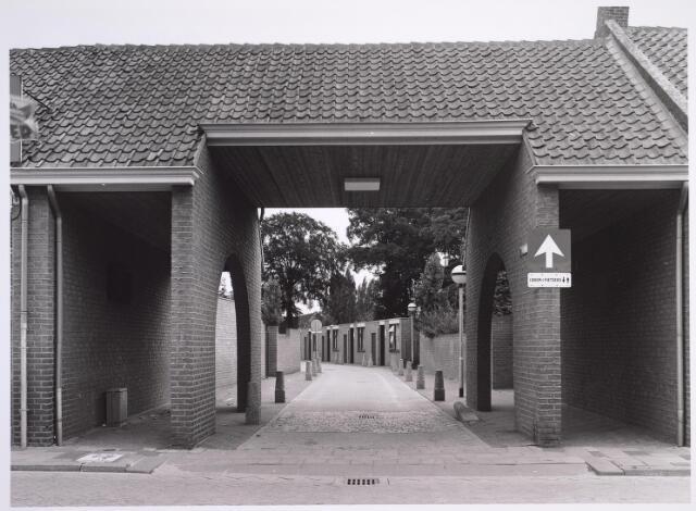 024995 - Ingangspoort, gelegen aan de Laarstraat,  tot een bejaardencomplex aan het Korvelplein