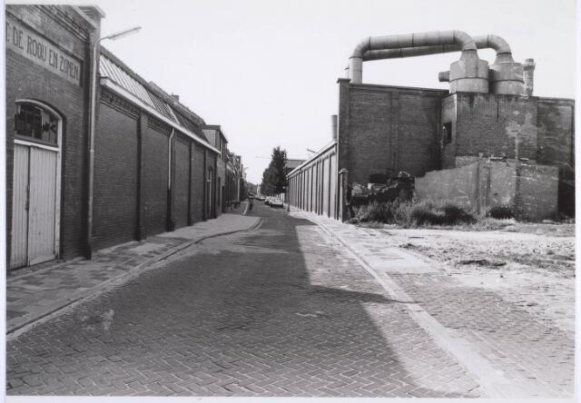 022876 - Textiel. Jan Aartestraat, met links de textielfabriek van Antoon de Rooij en rechts dat van Beka