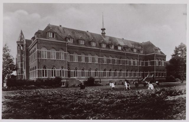 """061826 - Kloosterleven. Cistercienzer  Abdij  """"O.L.V. v. Koningsoord """" aan de Raadhuisstraat 26 (zuid- en westgevel van het klooster)"""
