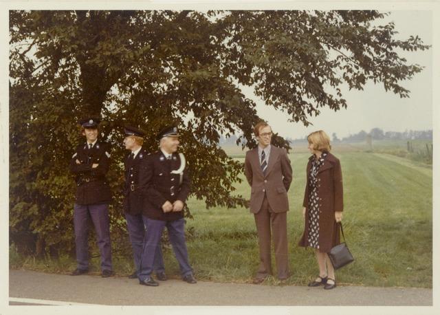 89083 - Politie met de nieuwe burgemeester van Terheijden: dhr. J. van Maasakkers