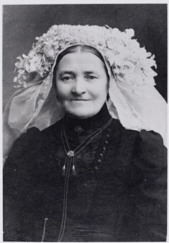 045955 - Vrouwenportret met poffer; Anna Maria van Roessel, vrouw van landbouwer Adriaan de Brouwer. Zij werd geboren te Goirle op 20 mei 1853 en overleed aldaar op 27 oktober 1917. Zij was een dochter van Josephus van Roessel, pachter van de Leeuwenhoeve aan de Abcovenseweg in Goirle, en van Margo Mulders.