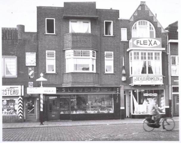 018692 - Winkelpanden aan de Noordstraat (nu Gasthuisring). In het midden slagerij Graafmans en daarnaast verf- en behanghandel De Kleurenmolen. Ze moesten plaatsmaken voor de aanleg van het hoogspoor