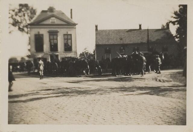 083396 - Gemeentehuis met militairen en door paarden getrokken kanonnen