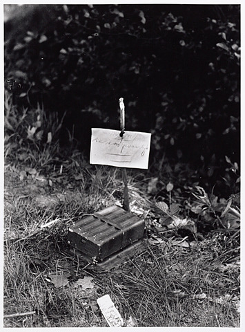 013438 - WO2 ; WOII ; Tweede Wereldoorlog.  Landmijn van Franse makelij in de berm langs de Bredaseweg eind mei 1940