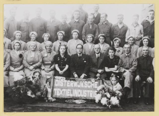 075616 - personeel van textielfabriek Dröge met bril Broos Dröge rechts zijn schoonvader v.d. Meys.