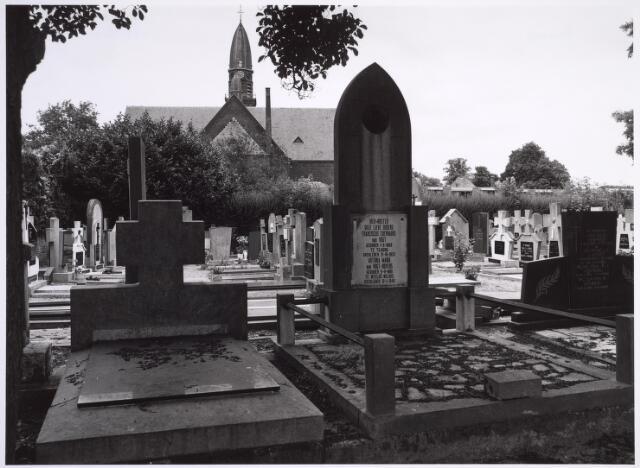 025009 - Graven op het kerkhof van de parochie Korvel aan de Laarstraat. Op de achtergond de kerk