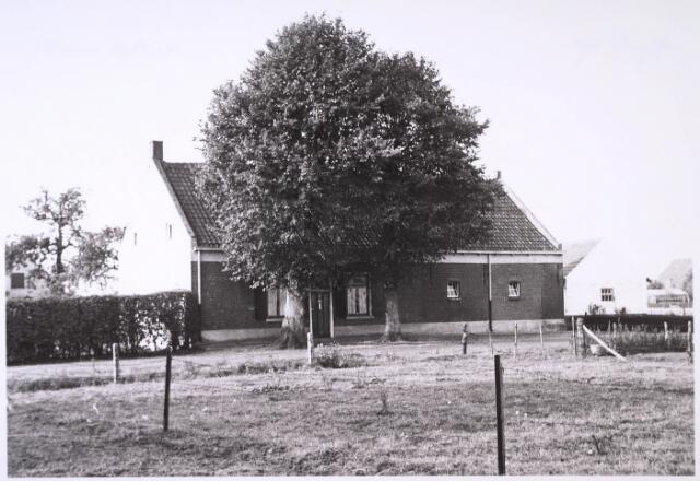 024808 - Boerderij aan de Kraaivenstraat in 1962. Rond deze tijd begon men de omgeving vol te bouwen met bedrijven en ontstond er een industrieterrein
