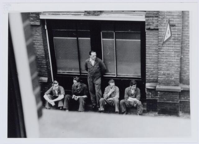 037530 - Textiel.  Arbeiders van twernerij Bogaers aan de Tuinstraat tijdens hun lunchpauze
