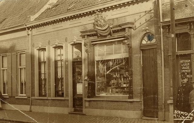 1667037 - Het exterieur van Banketbakkerij P. Mol & Zonen aan de Gasthuisstraat omstreeks 1936. De bakkerij van Piet Mol. Boven de etalage prijkt het kenmerk van hofleverancier.