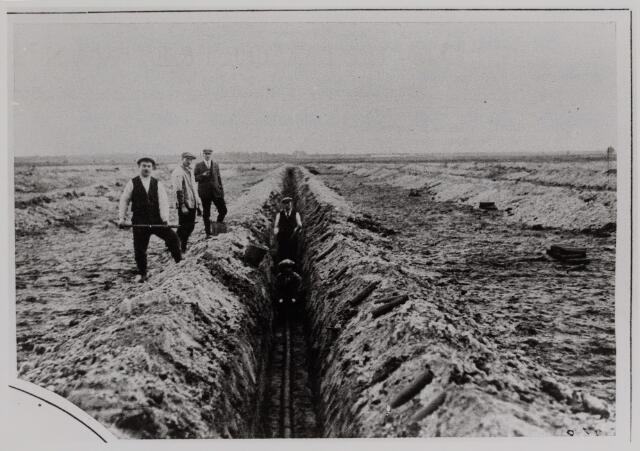 040790 - Afwatering. Bevloeiings- en drainagevelden. Het graven van een sloot.  Reproductie uit Brabantse Illustratie