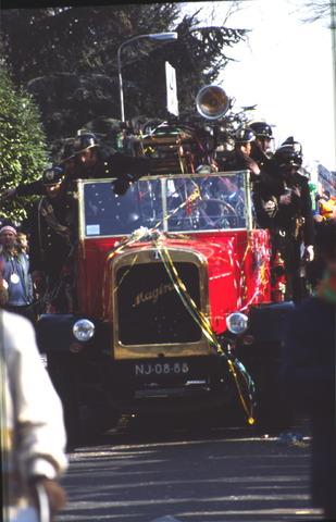 656399 - Carnaval Tilburg. Carnavalsoptocht in Tilburg in 1982. Oude brandweerwagen met brandweerlieden.
