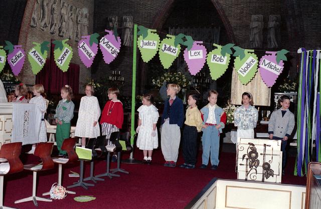 655292 - Eerste Heilige Communie viering in de Tilburgse Sacramentskerk op 14 april 1991.