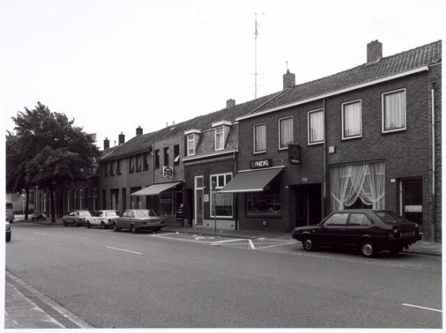 016687 - Broekhovenseweg met schoenhandel Ad Beeris en breiwolwinkel Phildar