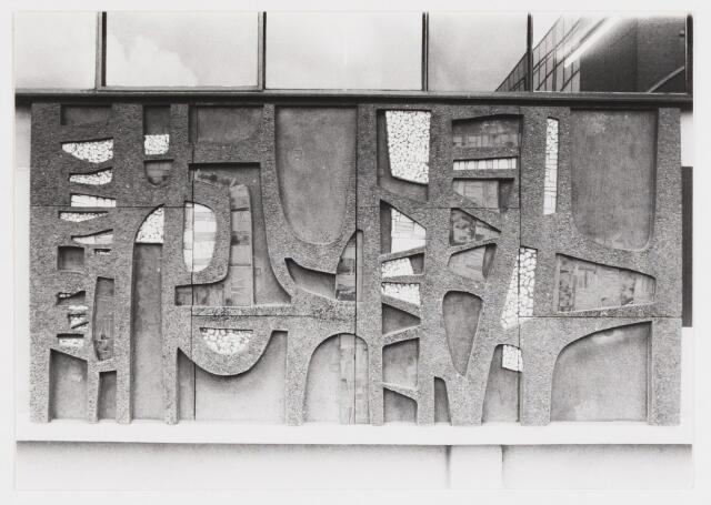 067707 - Détail van het 80 meter lange NON-FIGURATIEVE GEVELRELIËF (zonder titel) van Jan DIJKER (Den Helder 1913 - Moergestel 1993). Zie fotonr. 067700  Trefwoorden: Kunst in de openbare ruimte. Onderwijs.
