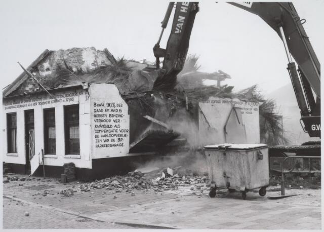026170 - Op 11 juni 1982, precies om 15.00 uur, begon de firma Van Hees met de sloop van garage Oppermans aan het Lijnsheike, waarmee een einde kwam aan een langdurig conflict tussen eigenaar en gemeente