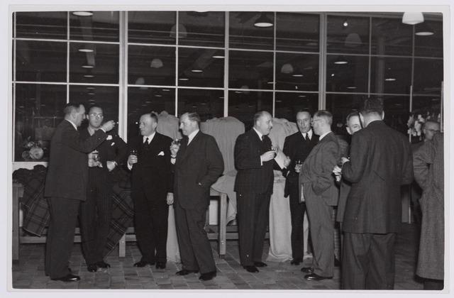 037688 - Textielindustrie. Prins Bernhard heft het glas met directieleden van wollenstoffenfabriek H. F. C. Enneking tijdens zijn bezoek aan het bedrijf op 13 november 1950