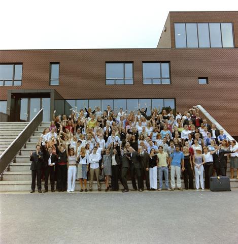 1237_003_296_003 - School. De Rooie Pannen. Groepsfoto diploma uitreiking 2003