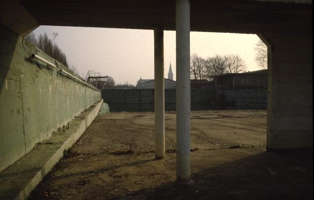 656457 - Zwembad aan Ringbaan Oost in 1985. Het zwembad werd in 1995 gesloten en in 1996 gesloopt.