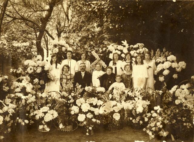 082708 - Familiefoto ter ere van de zilveren bruiloft Harry Schraven (1876-1945) en Marie Schraven – Eijsbouts (1873-1954),  Staand van links naar rechts: Riet (1911-2003), Thea (1904-1992), Tilly (1909-2007), Adri (1908-2001), Annie (1903-1992), Jet (1913-1984), Ine (1906-1983). Voor: Toos (1901-1994), Harry Schraven (1876-1945), Mathieu (1915-1996), Marie Schraven Eijsbouts (1873-1954), Johan (1920-1994), Truus (1902-1979).