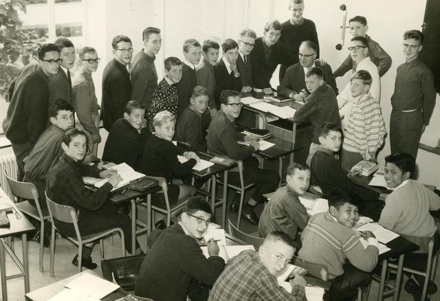 092079 - Klassefoto van klas 2E van de St. PAULUS-HBS, 1963. Midden docent Nederlands dhr. Offermans (?)