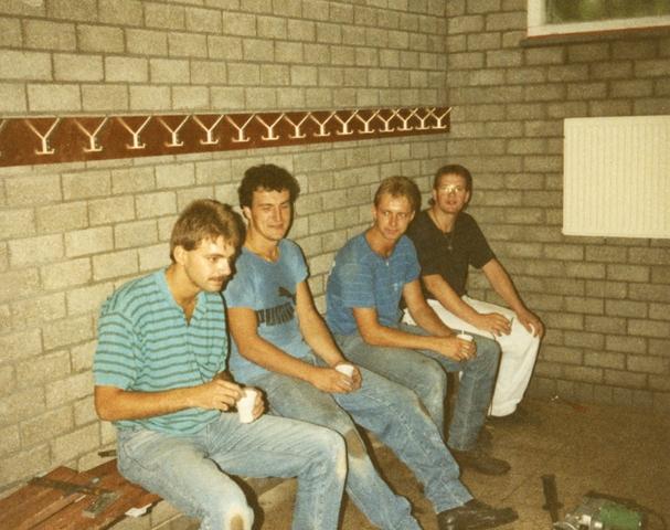 800079 - Voetbal. Bouw van de tribune van voetbalvereniging Taxandria in Oisterwijk. Schaft in de kleedkamer. V.l.n.r. Jan van de Ven, Gerard Marcelissen, Adrie van de Ven en Marcel Tholen.