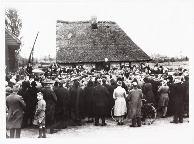 009851 - Restauratie geboortehuis Petrus Donders, pater van Grinsven CSSR spreekt de menigte toe bij de plechtige heropening.