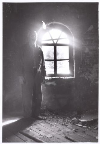 016594 - Man in de ruïne van de molen van de firma Schraven - Eijsbouts