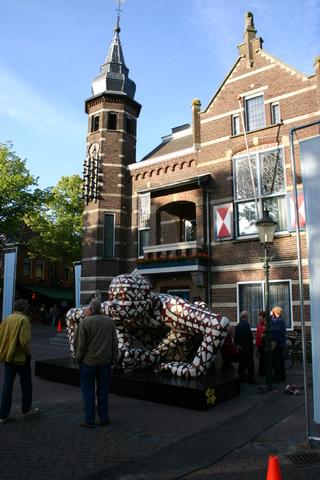 657213 - Kunst en cultuur. Oisterwijk Sculptuur. Een beelden tentoonstelling in de buitenlucht langs De Lind in het centrum van Oisterwijk.