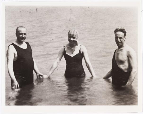 007295 - Antony Kok, Nellie van Doesburg en Christian Emil Marie Küpper (Theo van Doesburg). Geboren: 30 augustus 1883 te Utrecht. Overleden: 7 maart 1931 Davos (Zwitserland).