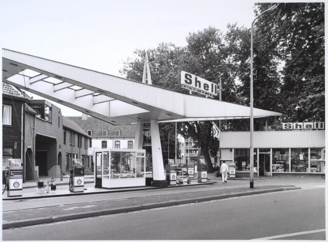 024605 - Benzinestation op het Korvelplein, afgebroken in 1985. Links de poort naar het Calandhof