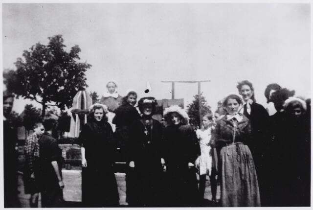 045713 - WOII; WO2; Tweede Wereldoorlog. Groep in Goirlese klederdracht tijdens de bevrijdingsoptocht.