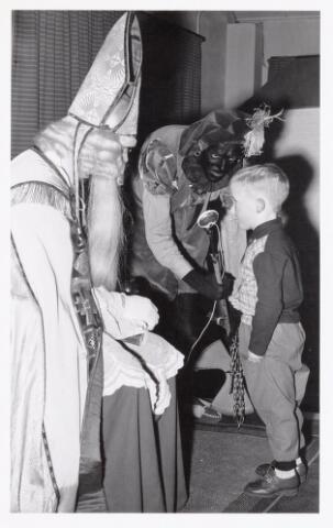 038717 - Volt. Oosterhout. Sint Nicolaasviering voor de kinderen van het personeel in 1960. Fabricage- of productie vond in Oosterhout plaats van april 1951 t/m 1967. Sinterklaas. St. Nicolaas