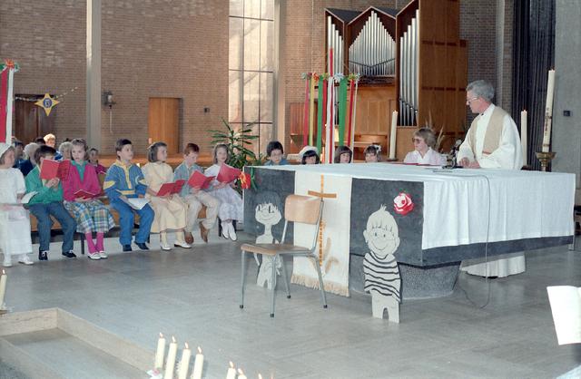 655270 - Eerste Heilige Communie viering in de Tilburgse Lourdeskerk op 4 mei 1986. Leerlingen van de Jan Lighthartschool.