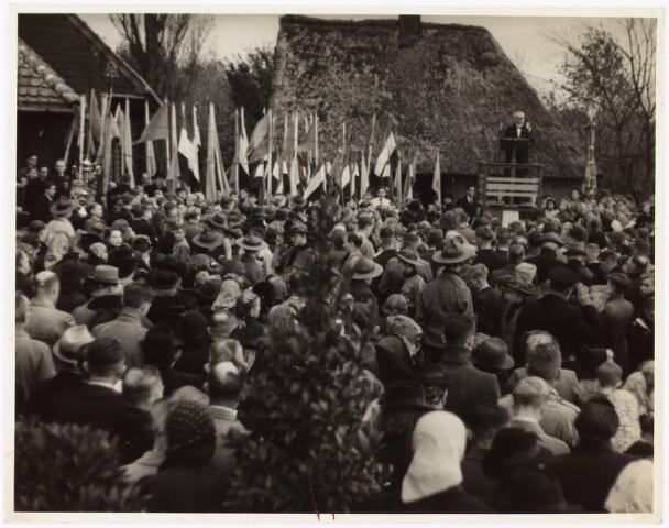 009861 - Massale bijeenkomst bij het geboortehuis Petrus Donders.