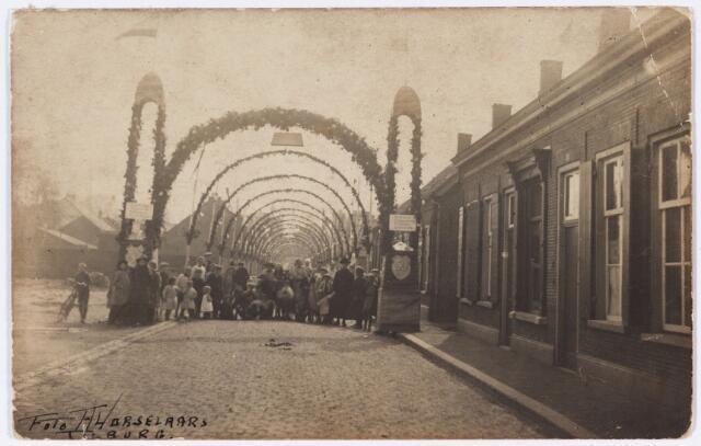 006591 - Ereboog ter gelegenheid van de gouden bruiloft van Adrianus van Bladel in de Korte Schijfstraat.