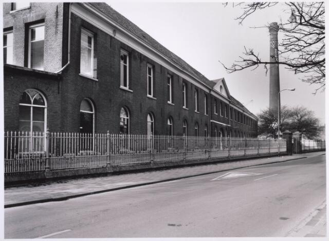 023331 - Voorste deel van de voormalige lancierskazerne aan de St. Josephstraat. Nadat wollenstoffenfabriek Beka het pand had verlaten, raakte het enigszins in verval, maar werd gerestaureerd en omgebouwd tot een kantoorcomplex